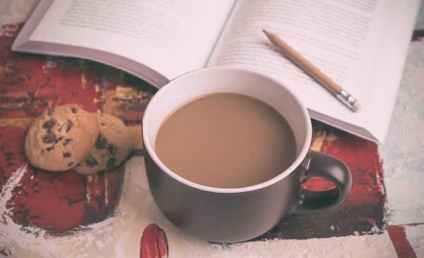 cookies, café, livre et crayon