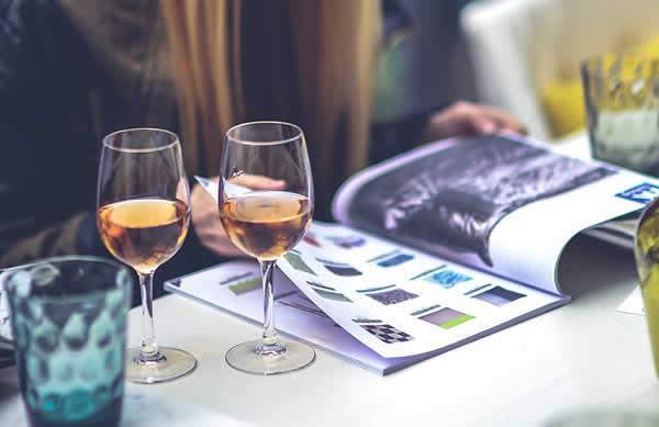 femme lisant et buvant un verre