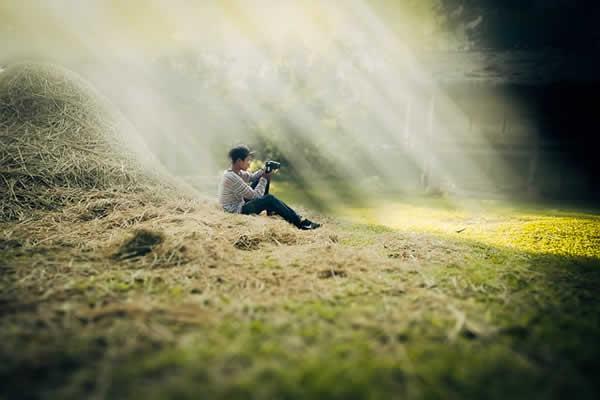 lumière dans un champ éclairant un jeune homme