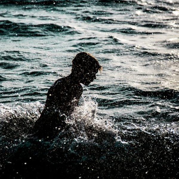 choix adolescent nageant